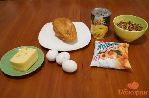 Приготовление салата с курицей и ананасами