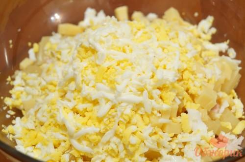 6Трем яйца на крупной терке и выкладываем четвертым слоем салата