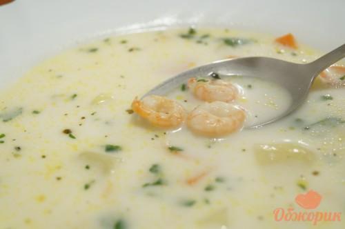 Приготовление сырного супа с креветками