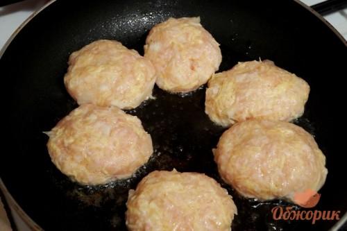 Приготовление куриных котлет с сыром