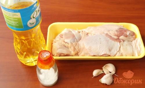 Приготовление куриных бедрышек с чесноком