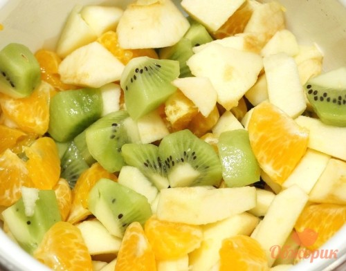Приготовление фруктового салата с мороженым