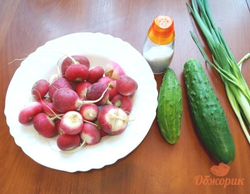 Приготовление салата с редиской и огурцом