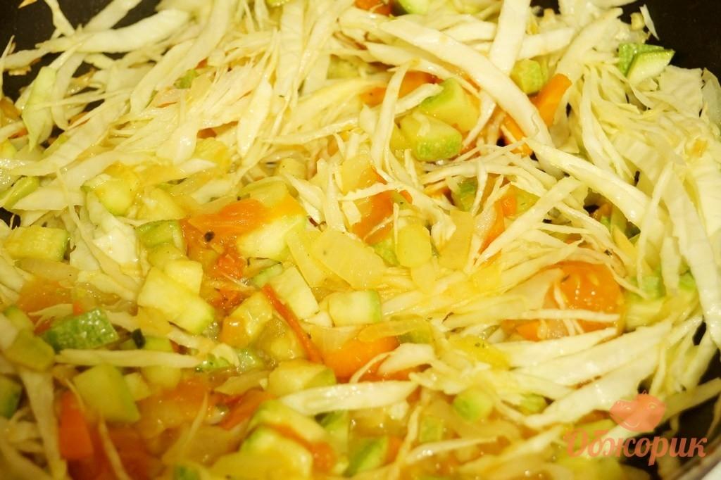 тушеная капуста рецепт в сковороде с томатной пастой и картошкой и курицей
