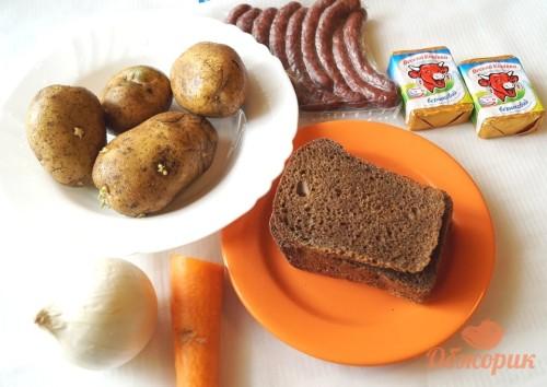 Приготовление сырного супа с колбасками