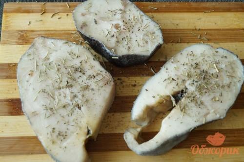 Приготовление стейков масляной рыбы на решетке гриль
