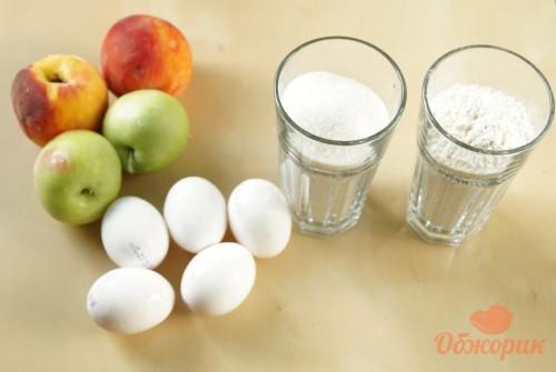 Приготовление шарлотки с яблоками и персиками