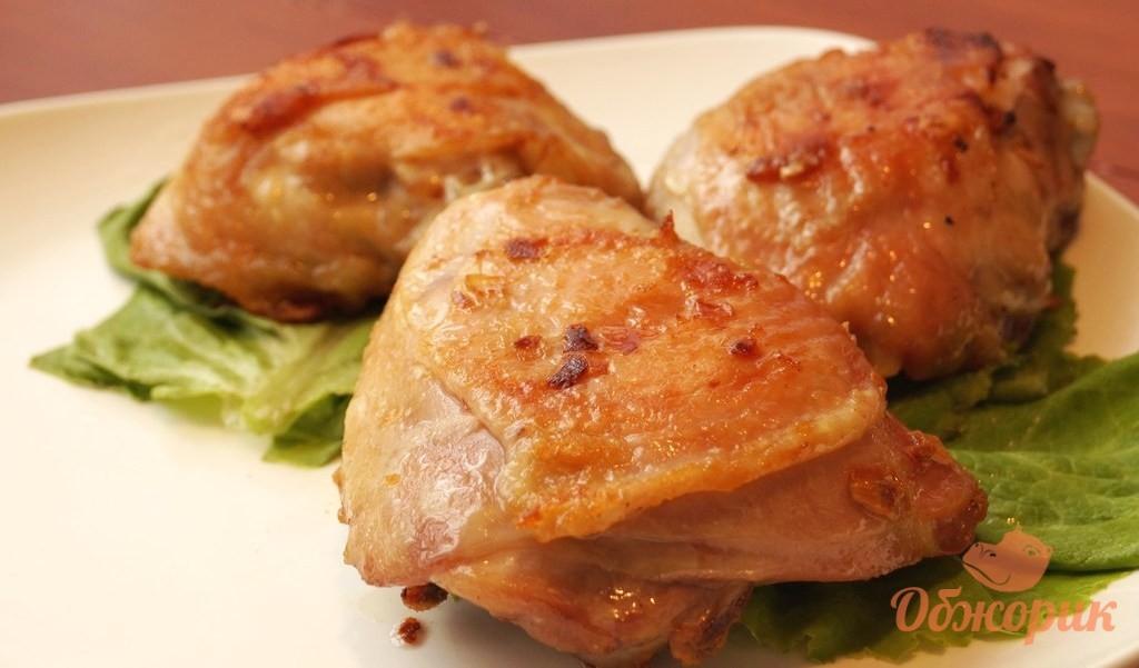 Куриные бедрышки с чесноком в духовке